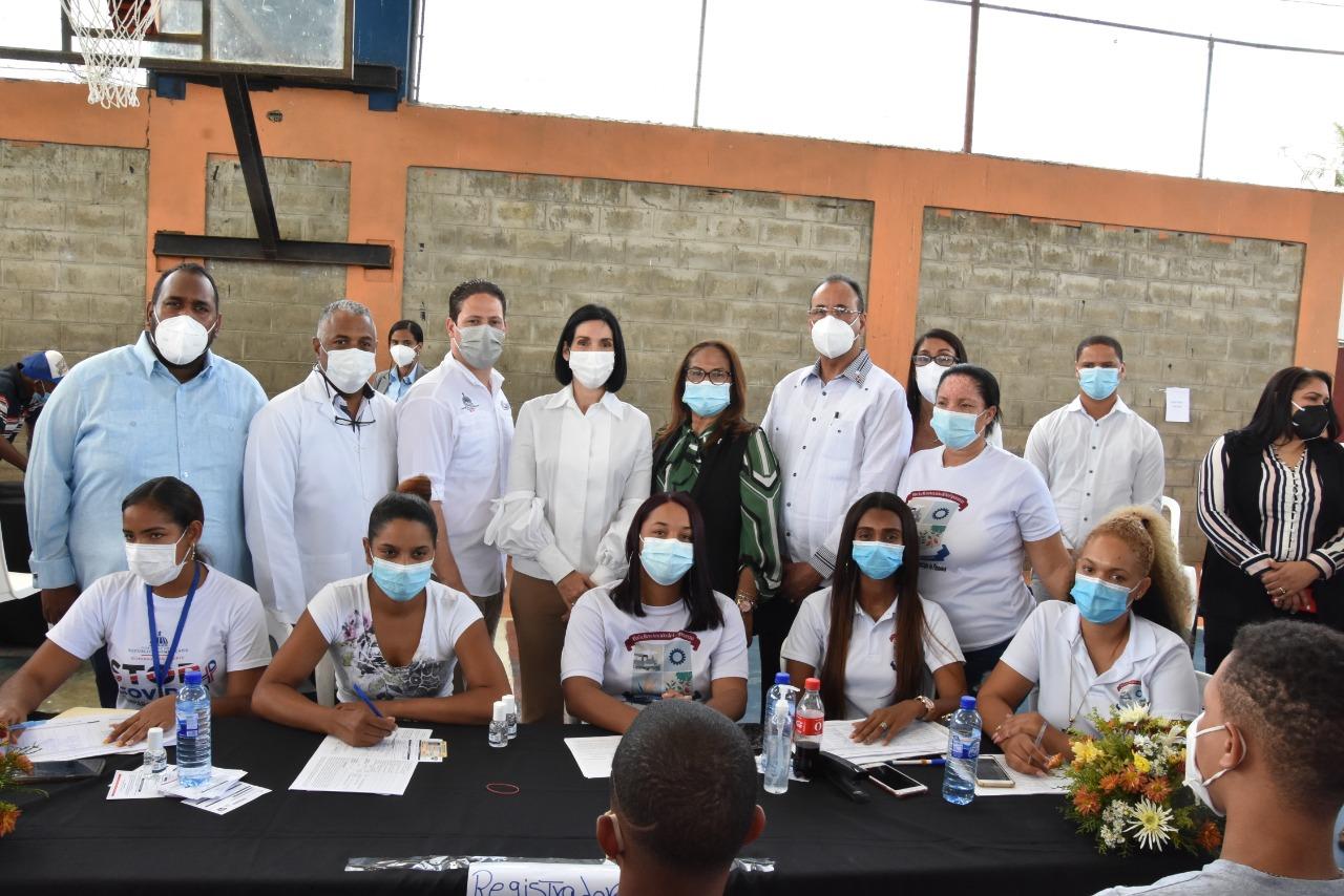 Director del SRSND acompaña  Primera Dama  Raquel Arbaje en recorrido por centro de vacunación en Pimentel